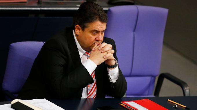 Bundeswirtschaftsminister Sigmar Gabriel legt den umstrittenen Deal vorerst auf Eis.