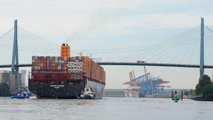 """Das Containerschiff """"Hamburg Express"""" der Reederei Hapag-Lloyd: Das Unternehmen will wachsen - und dann an die Börse."""