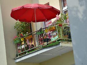 Der Grill steht bereit, die Blumen blühen, der Boden ist geputzt: Endlich kann die Saison auf Balkon und Terrasse beginnen.