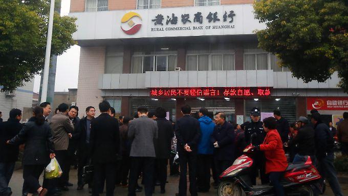 Sparer vor der Rural Commercial Bank of Huanghai in der Stadt Yancheng in der ostchinesischen Provinmz Jiangsu.