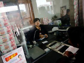 Um den Kunden die Liquidität zu beweisen, werden in der Bank Geldbündel aufgestapelt.