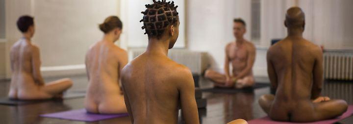Ganz unverhüllt im Schneidersitz: Yoga ohne alles