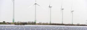 Solar- und Windkraftanlagen im Friedrich-Wilhelm-Lübke-Koog (Schleswig-Holstein).