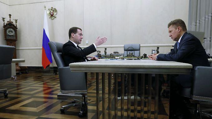 Ministerpräsident Dimitri Mededew (l.) beim Treffen mit Gazprom-Chef Alexej Miller - im Anschluss wird die Preiserhöhung bekanntgegeben.