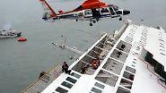 In einer dramatischen Aktion gelingt es, einige der Passagiere zu retten.