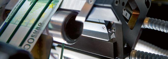 """Geldscheine am laufenden Band: In der Qualitätsprüfung bei """"Giesecke & Devrient"""" durchläuft das Papiergeld mehr als 50 Härtetests - von der Knittermaschine bis zum Säurebad."""