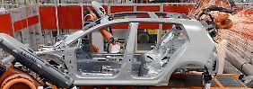 Strategiedebatte bei VW: Schweißroboter bei der Arbeit an der Karosserie eines Golf 7.