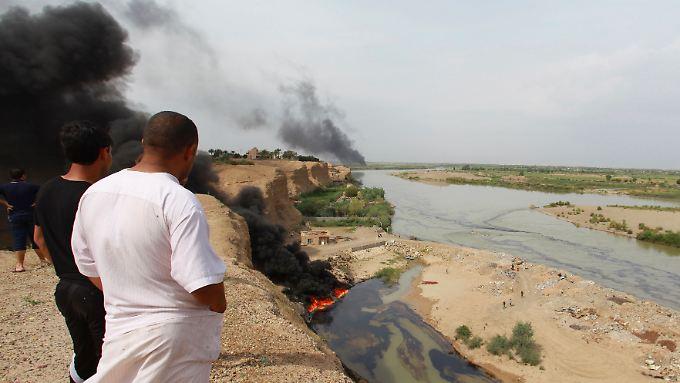 Am Tigris ist mal wieder eine Ölpipeline ausgelaufen. Der Fluss wird verseucht. Alltag im Irak.