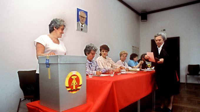 Ein Wahllokal in Ostberlin am 7. Mai 1989. Mit Briefumschlägen hielt man sich bei Wahlen in der DDR nicht auf - von Wahlkabinen ganz zu schweigen.