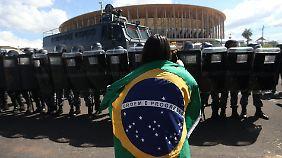 Teure Stadien, hohe Eintrittspreise, gebrochene Versprechen: Viele Brasilianer sind über die Organisation der Fußball-WM empört. Dieses Bild entstand vor dem umstrittenen neu gebauten Stadion in der Hauptstadt Brasilia.
