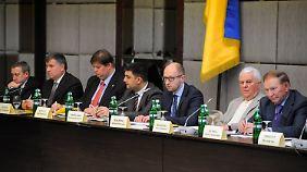 Regierungschef Jazenjuk (3. v.r.) eröffnete die Diskussion in Charkow.
