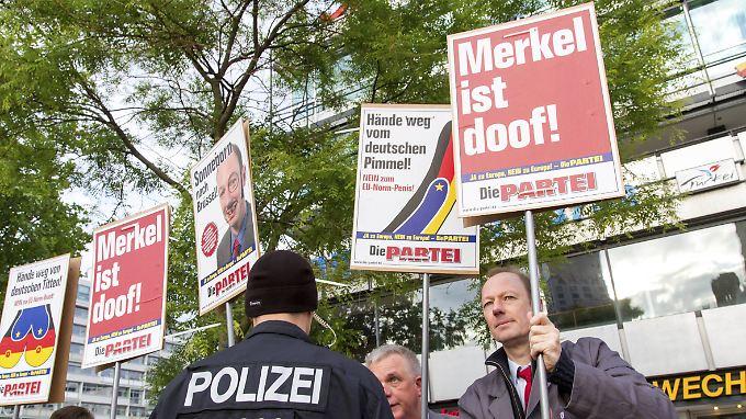 """Wenn solche Plakate konfisziert werden, damit die Behörden prüfen können, ob es sich um Beleidigung handelt, hat die """"Partei"""" schon gewonnen."""