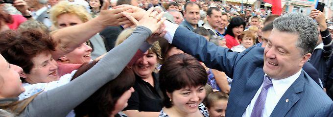 Kandidat auf Wahlkampftour: Im nordukrainischen Konotop nimmt Petro Poroschenko ein Bad in der Menge.