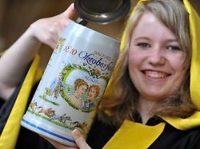 Das Münchner Kindl Maria Newzella mit dem offiziellen Krug zur Jubiläumsfeier 200 Jahre Oktoberfest.