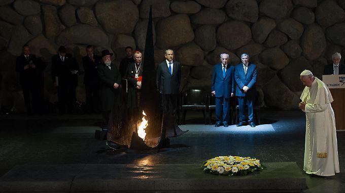 """Bei einem Gedenken in der Holocaustgedenkstätte Yad Vashem bezeichnete Papst Franziskus die Ermordung von sechs Millionen Juden als """"unmenschlichen Abgrund""""."""