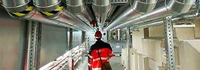 """""""Herr Großmann hatte unser volles Vertrauen"""": Blick in die Anlagen für Wärme- und Kälteversorgung (Rohrsystem oben) und die Entrauchungsanlage (rechts) im Keller des Terminals (Archivbild)."""