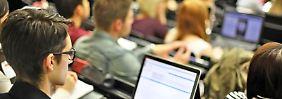 Eine neue Hörsaal-App ermöglicht Studenten Live-Kritik am Professor. Foto: Jan Woitas/Archiv