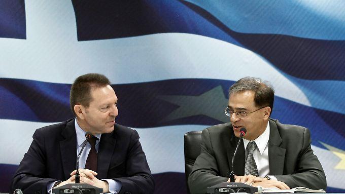 Athener Stühlerücken: Gikas Hardouvelis (r) folgt Yannis Stournaras im Amt als Finanzminister.