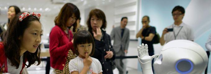 Begegnung mit einer neuen Art: In einer Softbank-Filiale begrüßt ein Roboter, der angeblich Emotionen erkennen kann, staunende Kunden des Medien- und Mobilfunkkonzerns.