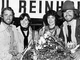 Nach der Erstbesteigung: Habeler und Messner werden bei ihrer Ankunft aus Nepal am 22. Mai 1978 in München von ihren Frauen, Regine Habeler und Uschi Messner, begrüßt.