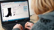 Immer mehr entscheiden sich für den bequemen Weg und gehen lieber zu Hause am Computer auf Shopping-Tour. Foto: Laurin Schmid/Archiv