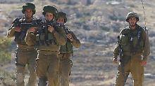 Nahe Hebron suchen israelische Soldaten nach Spuren der Jugendlichen.