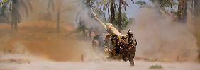 Mit schweren Geschützen geht die irakische Armee gegen die Isis vor.