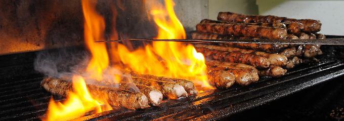 Einzigartig in Zubereitung und Geschmack: Im Original werden Coburger Bratwürste auf Kiefernzapfen gegrillt.