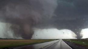 Ein seltenes Schauspiel: Gleich zwei Tornados rasen über Nebraska hinweg und zerstören alles, was im Wege steht.