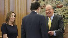 Ein letzter offizieller Termin: König Juan Carlos (r.) empfängt Premierminister Mariano Rajoy im Zarzuela-Palast in Madrid.