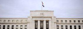Um die Fed ranken sich viele Gerüchte. Richtig ist: Sie ist keineswegs eine Behörde, sondern eine Privatveranstaltung. 100 Prozent der Fed-Anteile liegen in den Händen privater Banken. Kein einziger Anteil wird von der Regierung gehalten.