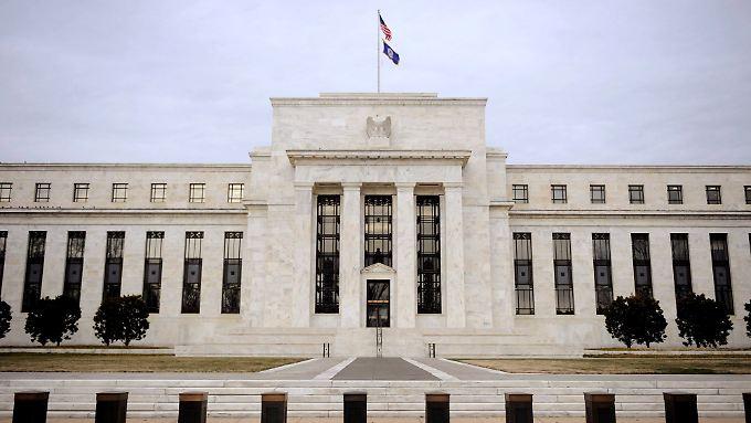 Um die Fed ranken sich viele Gerüchte. Richtig ist: Sie ist keine Behörde, sondern eine Privatveranstaltung. 100 Prozent der Fed-Anteile liegen in den Händen privater Banken. Kein einziger Anteil wird von der Regierung gehalten.