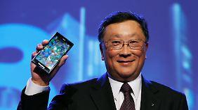 """Greifbarer Hoffnungsträger: Blackberry-Chef John Chen mit dem neuen """"Z3"""" für den indonesischen Markt (Archivbild)."""