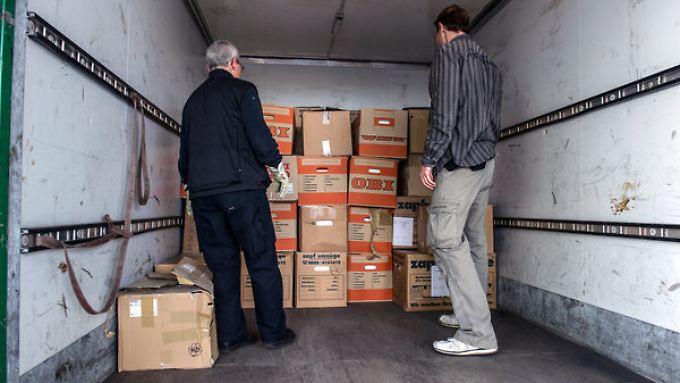 Brisante Funde: Polizeibeamte sichern die gefundenen BER-Unterlagen.