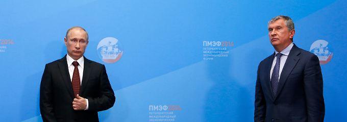 Enge Abstimmung in energiepolitischen Fragen: Wladimir Putin (l.) und Rosneft-Chef Igor Setschin, hier bei einer Vertragsunterzeichnung in St. Petersburg Ende Mai.
