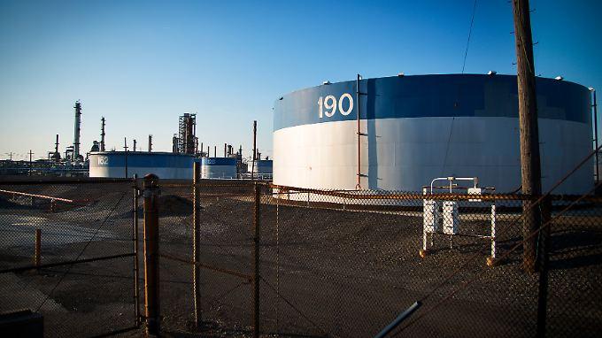 US-Raffinerien können Fracking-Öl nur bedingt weiter verarbeiten. Deshalb wurde das Exportverbot jetzt gelockert.