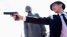 Der serbische Schauspieler Jovan Mojsilovic stellt vor dem Denkmal für Gavrilo Princip das Attentat von Sarajevo nach.