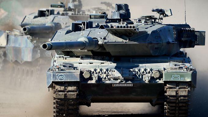 """Der Kampfpanzer """"Leopard 2 A6"""" während einer Bundeswehrübung in Niedersachsen."""