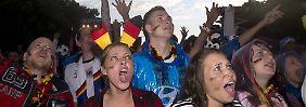 Fußball statt Arbeit: Wenn die Fließbänder plötzlich stillstehen