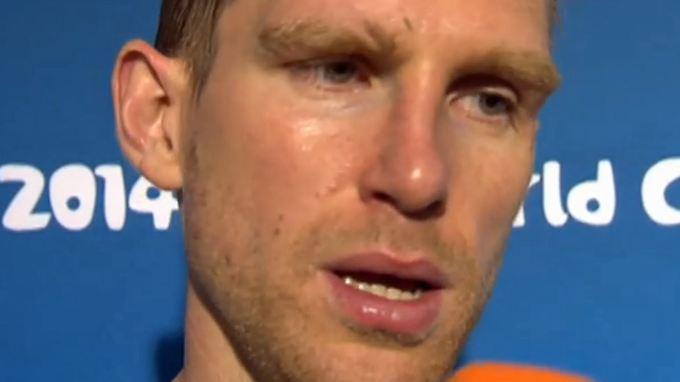 Per Mertesacker reagiert extrem genervt auf die unangenehmen Fragen direkt nach dem Spiel.