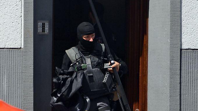 Ein Polizist nach dem Sondereinsatz in Köln.