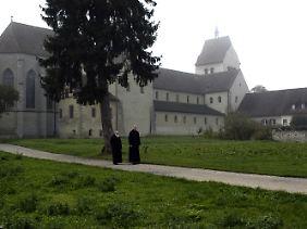 Pirmins Erben: Seit der Gründung des Klosters im Jahr 724 wandeln die Mönche über die Insel.