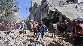 Helfer suchen in Trümmern nach Überlebenden. Das Haus in Chan Junis soll bei einem israelischen Luftschlag zerstört worden sein.