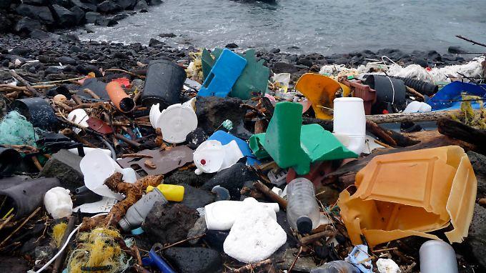 Plastikmüll am Strand der Azoren.
