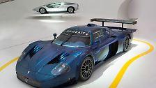 Der ebenfalls ausgestellte Maserati MC12 könnte so etwas wie die Klammer zu Ferrari sein. Technisch ist er nämlich eng verwand mit dem Enzo Ferrari. 2005 gab es nämlich eine enge Zusammenarbeit der beiden Sportwagenbauer.
