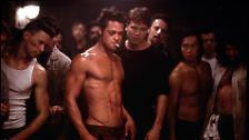"""Fast 40 Jahre später schockte """"Fight Club"""" die Zuschauer, der auf Platz 40 landet. Selten war Hollywood nihilistischer: Junge Männer, darunter Brad Pitt und Edward Norton, prügeln sich gegenseitig die Seele aus dem Leib."""