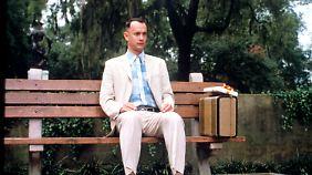 Die Pralinenschachtel auf dem Schoß: Tom Hanks als Einfaltspinsel Forrest Gump.
