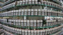 Verschiedene Duftproben für die Parfümherstellung stehen im Holzmindener Symrise-Werk in einem Regal.