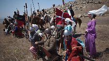 Vermeintlich noch lockerer gehen diese Hobby-Historiker mit der Situation um: Sie spielen die Schlacht bei Hattin nach, bei der die Kreuzritter 1187 vernichtend von Saladins Ayyubiden geschlagen wurden.