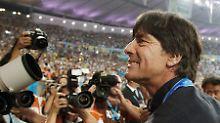 Bleibt der Weltmeistertrainer?: Niersbach sagt Ja, Löw ziert sich
